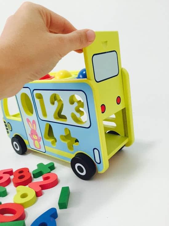 autobuz din lemn jucarie multifunctionala ciocanel cifre cu roti6