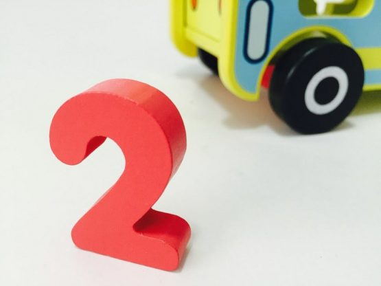 autobuz din lemn jucarie multifunctionala ciocanel cifre cu roti8 555x416 1